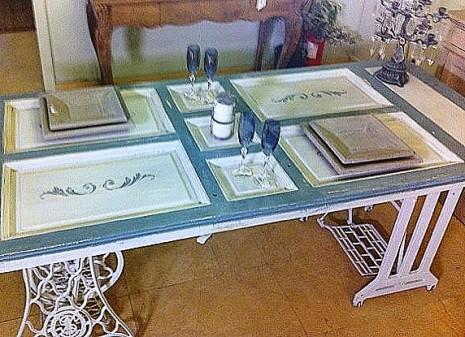 mesa de comedor con maquina de coser y puerta 2