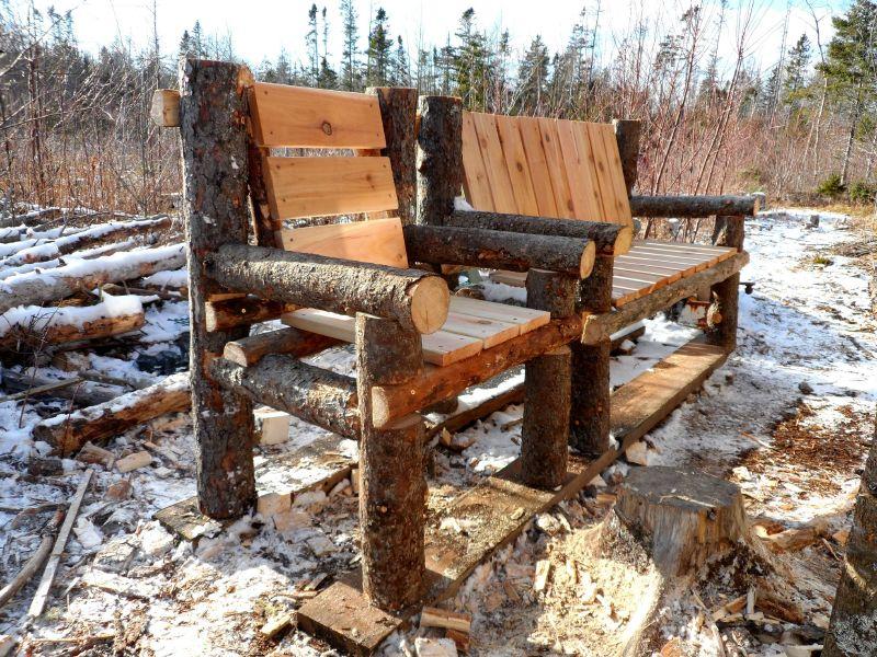 Troncos, palets y tablas para rústicos sillones y bancos ...