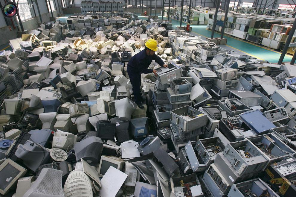 Trabajador-recicla-basura-electrónica