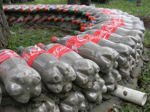 C mo hacer una cerca con botellas pet sensacional idea for Como hacer una pileta de ladrillos
