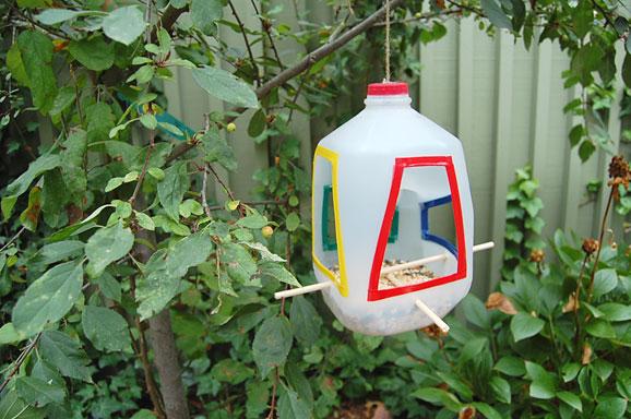 Ideas reciclando botellas pl sticas c mo realizar un - Comedero de pajaros ...