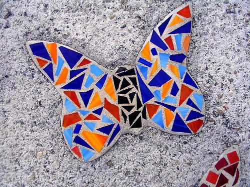 Decoraci n de pisos con trozos de cer mica im genes for Azulejos rotos decoracion