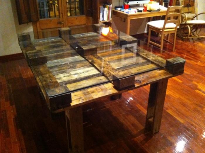 Ideas de mesas recicladas hechas con palets para el for Cosas recicladas con tarimas