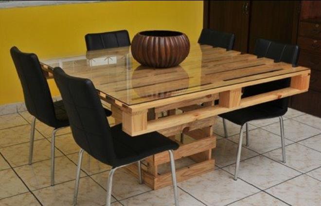 Ideas de mesas recicladas hechas con palets para el for Muebles con tarimas para cocina