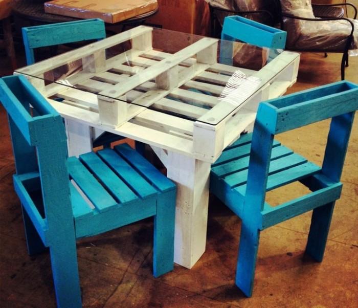 mesa-blanca-sillas-azules-palets-ideas