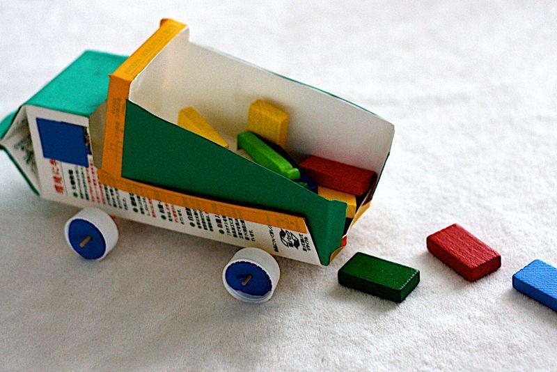 Cómo-hacer-un-auto-de-juguete-usando-materiales-reciclables