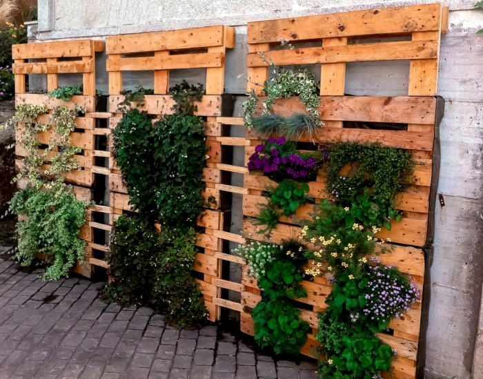Im genes con ideas para decorar el jard n con palets for Jardin colgante con palets