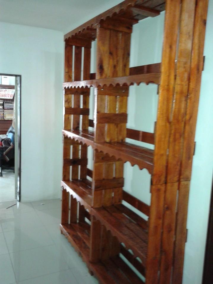 Ideas super originales para hacer bibliotecas con palets for Como reciclar puertas de madera