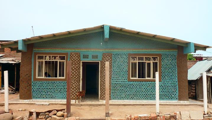 Casas-construidas-con-botellas-plásticas-llenas-de-arena-1