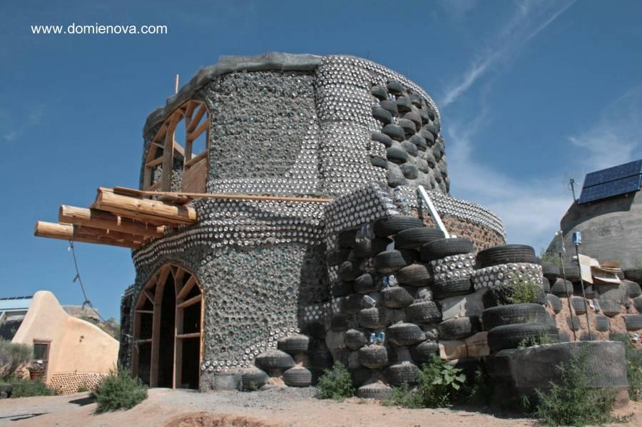 estructura-de-casa-con-neumaticos-madera-botellas