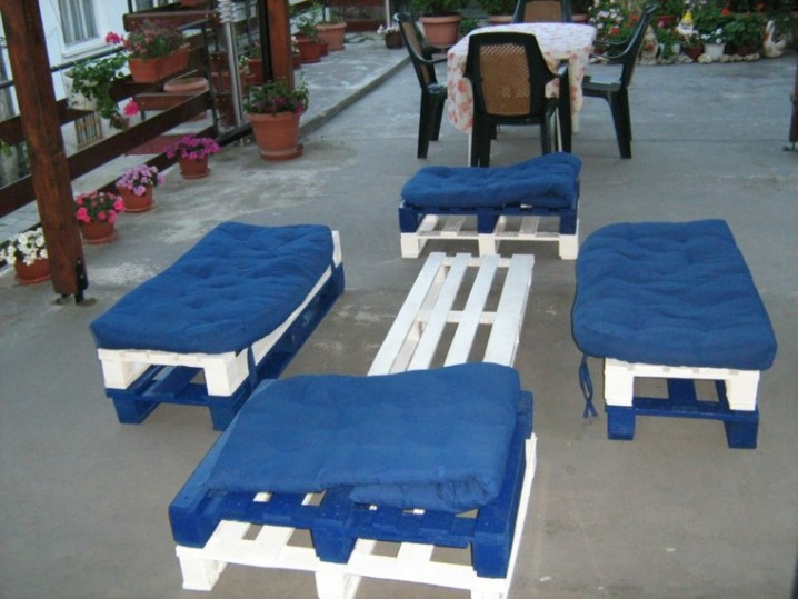 muebles-hechos-con-palets-cojines-azules