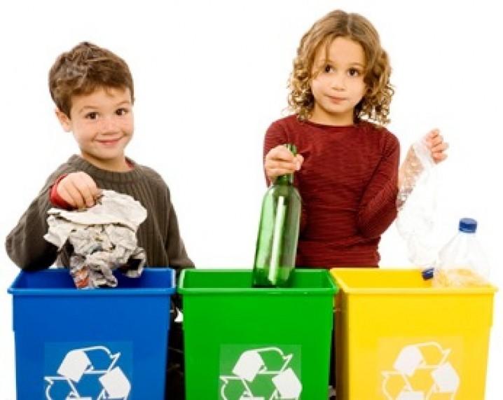 ninos-reciclando