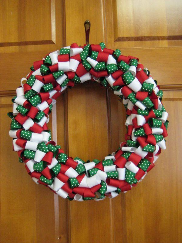 Coronas de navidad recicladas ideas originales ecolog a hoy for Puertas de material reciclado