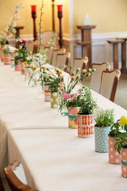 una-mesa-decorada-latas-flores-L-N1CLZM