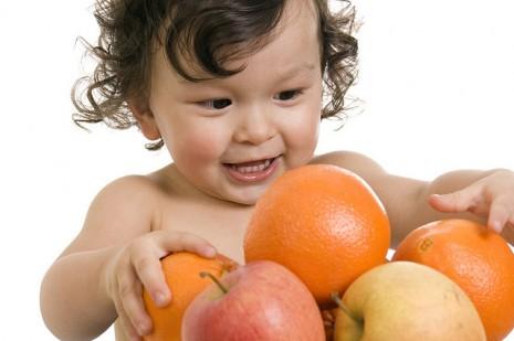nene-con-fruta