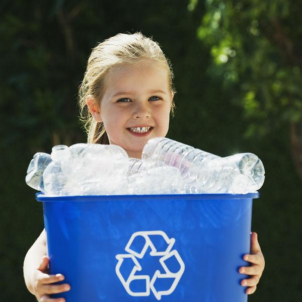 nina-reciclando