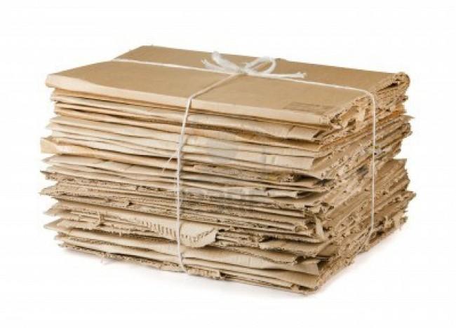 13592772-los-residuos-de-carton-para-reciclaje-paquete-aislado-en-blanco