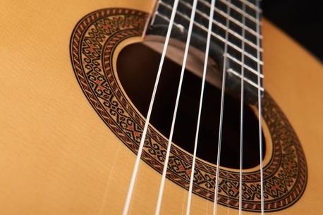 Guitarra-clásica-con-cuerdas-de-nylon