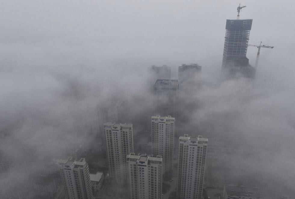 Edificios de Quindao, provincia de Shandong cubiertos por el humo de las fábricas