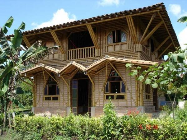casa-hecha-de-cana-de-bambu-600x450