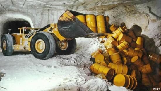 que-es-un-cementerio-nuclear-excavadora-almacenando-residuos-e1389093278728
