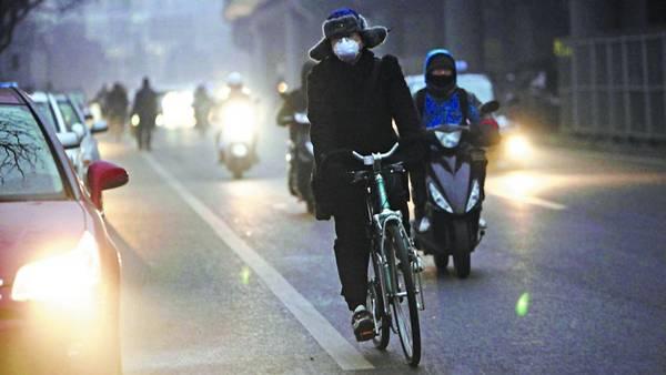 Bruma-ciclista-Beijing-gobierno-EFE_CLAIMA20130131_0050_27