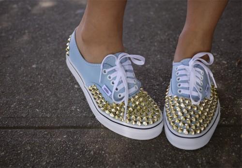 zapatillas-con-apliques-dorados