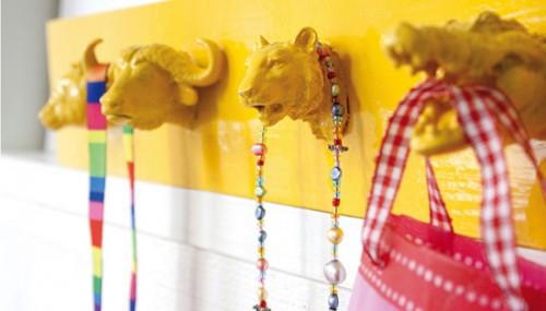 perchero-infantil-con-animales-de-juguete-reciclados-en-arteneus