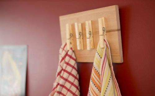 Broches de madera reciclados ideas para reciclar las for Perchero para cocina