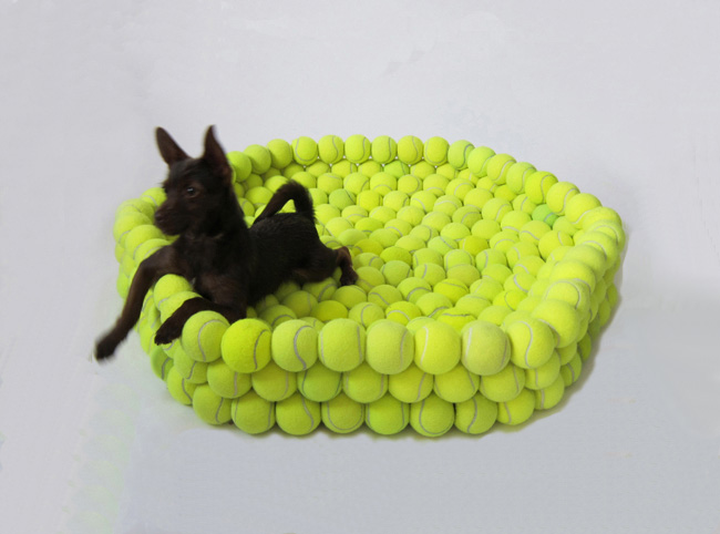 pelota3-hugh-hayden-tennis-ball-dog-bed-perro-pelotas-tenis1