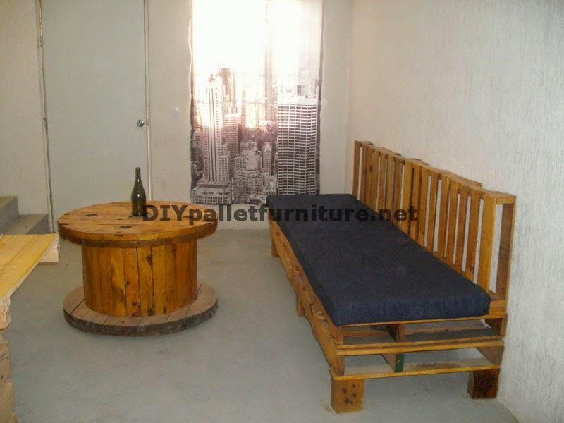Sofa con palets y mesa con bobina de madera 1