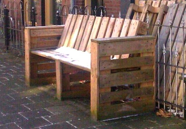 C mo reciclar y constru r un sill n con material de for Como hacer una alberca con tarimas