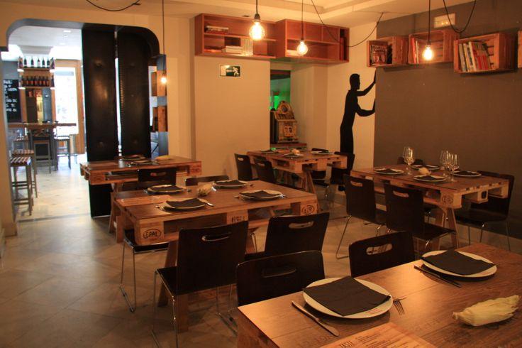 Ideas de mesas recicladas hechas con palets para el for Centros de mesa para restaurantes