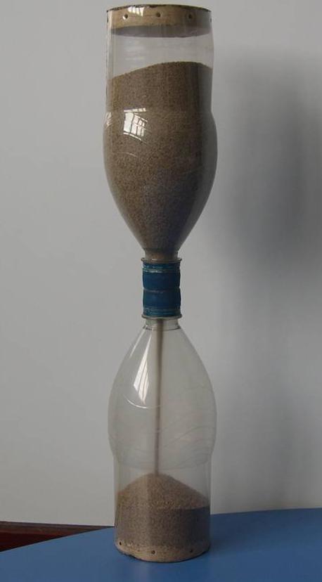 reloj-de-arena-fabricado-con-materiales-reciclados-o-de-reuso