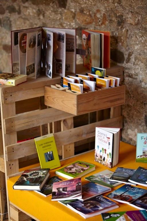 Claustro de un monasterio convertido en biblioteca gracias a los palets 2