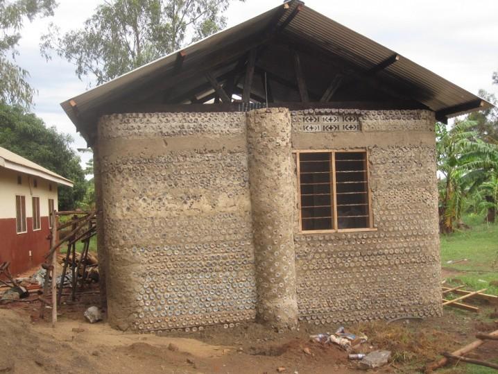 casas-con-botellas-de-plastico-en-africa2
