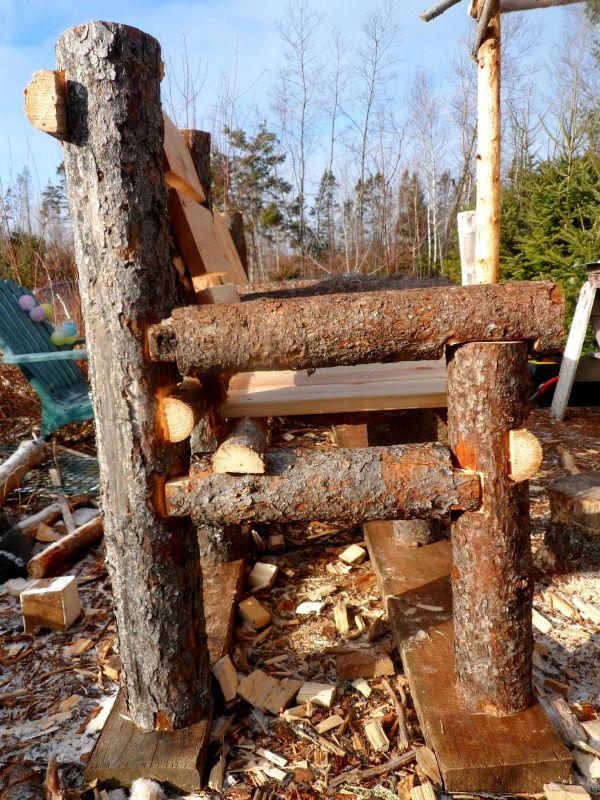 banco-construido-con-troncos-y-palets-7