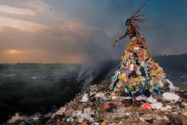 serie-de-fotos-crea-conciencia-sobre-los-problemas-ambientales-con-disfraces-hechos-de-basura-1