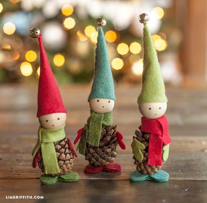 como-hacer-elfos-navidenos-con-pinas-de-pino-fieltro