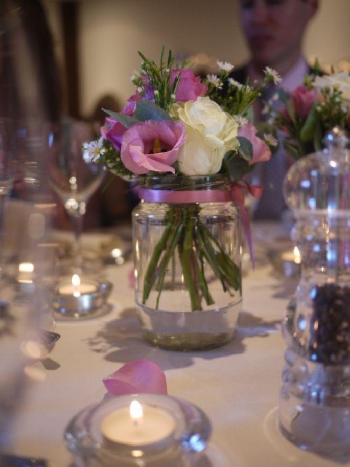 Centros de mesa para casamiento con botellas frascos y for Decoracion de bodas sencillas y economicas en casa