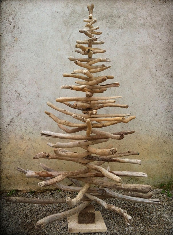 arbol-de-navidad-construido-con-madera-y-ramas-de-arboles