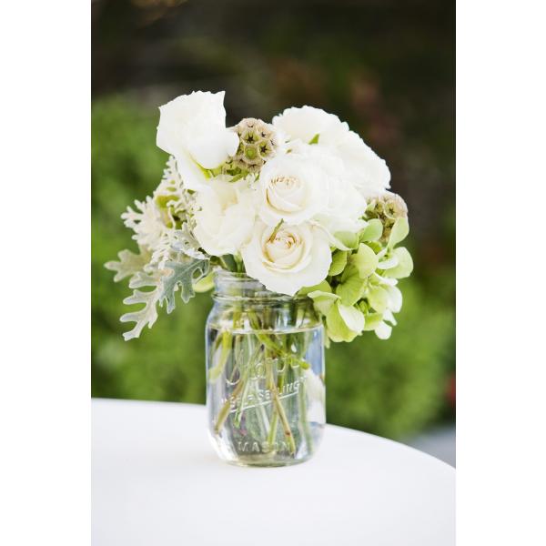 centro-de-mesa-diy-con-tarro-de-cristal-agua-y-flores-natura-95321