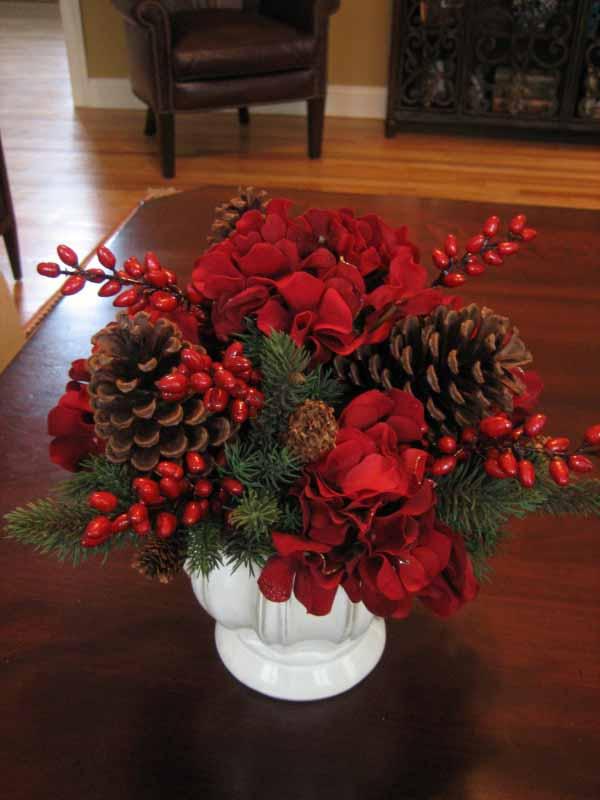 centros-de-mesa-navidenos-flores-rojas-y-pinas