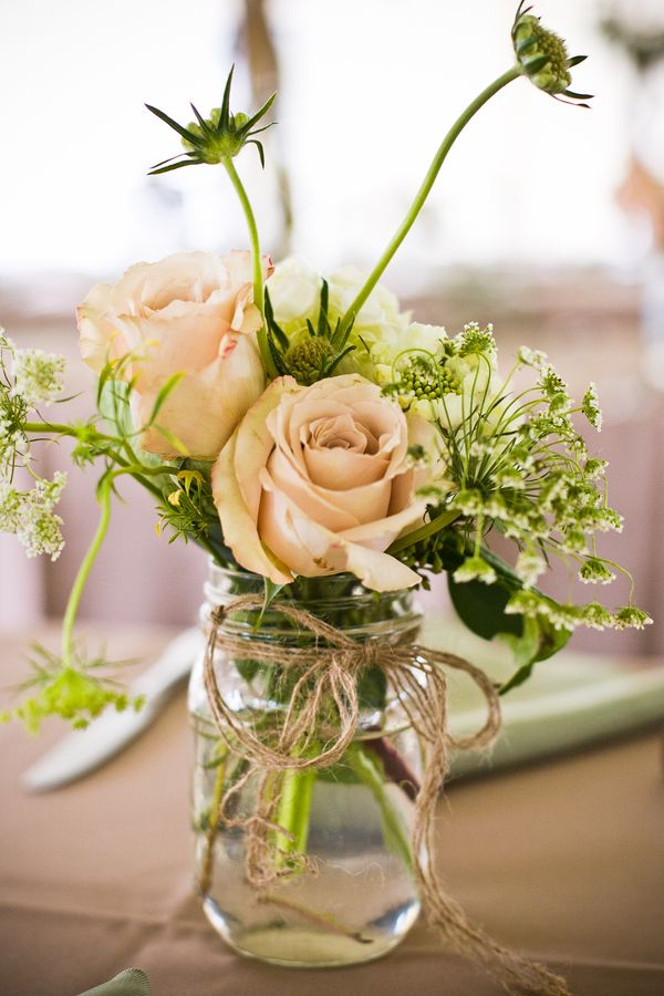 frascos-con-flores-como-centros-de-mesa-sencillos