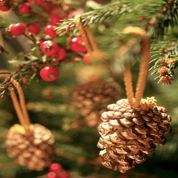adornos-de-navidad-con-pinas-pinas-como-adorno