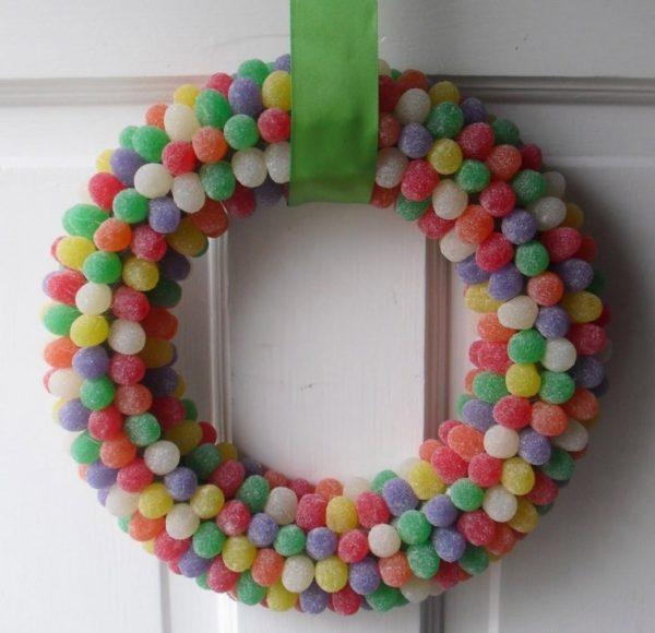 decoracion-navidena-colgantes-adornos-reciclados-coronas-de-navidad-corchos-golosinas-600x580